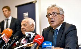 Les dirigeants d'Autostrade per l'Italia, société gestionnaire du pont qui s'est effondré mardi à Gênes, Giovanni Castellucci (D) et Fabio Cerchiai (G), lors d'une conférence de presse à Gênes, le 18 août 2018.