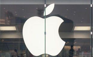 Sous la pression du milliardaire Carl Icahn, le groupe informatique américain Apple a accéléré le rachat de ses propres actions lors des deux dernières semaines et n'exclut plus d'acquérir de grosses entreprises.