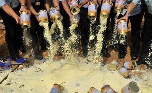 Destruction de stocks de lait en poudre contenant de la mélamine à Shenzhen, Chine, le 19 septembre 2008.