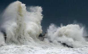 Tempête en Bretagne, de fortes vagues s'écrasent sur un mur du port de Lesconil dans le département du Finistère.