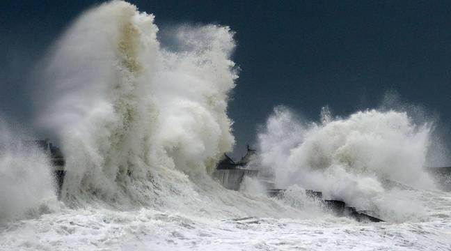 Illustration d'une tempête en Bretagne. De fortes vagues s'écrasent sur un mur du port de Lesconil dans le département du Finistère. – FRED TANNEAU / AFP PHOTO