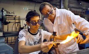 Un jeune en apprentissage dans une verrerie le 29 juin 2012 à Joinville-le-Pont