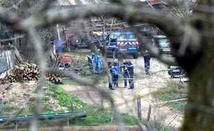Les policiers enquêtent dans une ferme de Mayran, dans l'Aveyron, après le meurtre d'une jeune conseillère agricole, le 17 février 2016.