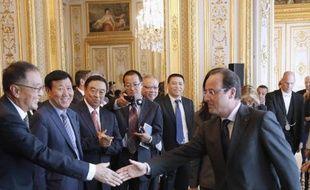 """François Hollande a déclaré mardi à Paris qu'il voulait régler """"par la négociation et dans un esprit d'apaisement"""" le conflit commercial sur le marché des panneaux photovoltaïques, en recevant une quarantaine de grands patrons chinois à l'Elysée."""