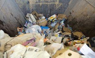Illustration d'ordures ménagères en attente de tri, dans une déchetterie.