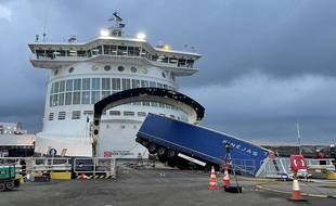 Le poids lourd débarquait d'un ferry au port de Loon-Plage.