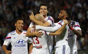 Yoann Gourcuff félicité par ses coéquipiers lors de Lyon-Montpellier (5-1). Lyon, (Rhone) FRANCE-19/10/2014./FAYOLLE_Photo023/Credit:Pascal Fayolle/SIPA/1410201224