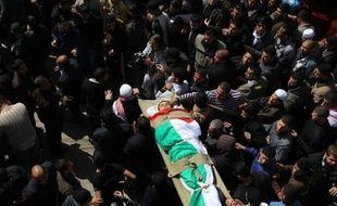 L'élimination du chef d'un groupe radical palestinien, visé vendredi par un raid aérien israélien, a déclenché un nouveau cycle de violence, marqué par la mort de 15 Palestiniens à Gaza et le tir d'une centaine de roquettes contre Israël