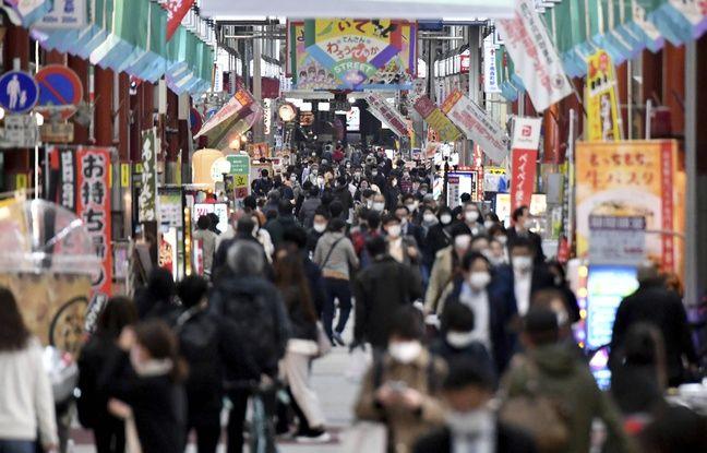 Une rue commerçante envahie par la foule malgré l'état d'urgence, à Osaka le 22 avril 2020.