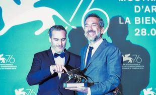 Le 7 septembre 2019, le réalisateur américain pose avec le Lion d'or qu'il a obtenu pour son film, «Joker», au côté de l'acteur Joaquin Phoenix, qui incarne le rôle-titre.