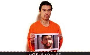 Photographie extraite d'une vidéo téléchargée de YouTube le 27 janvier 2015 montrant l'otage japonais Kenji Goto que le groupe jihadiste Etat islamique (EI) affirme avoir exécuté