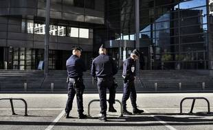 Des policiers devant le tribunal de Grenoble (photo d'illustration)  AFP PHOTO / JEFF PACHOUD
