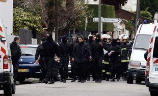 Les forces de l'ordre se regroupent après l'opération menée par le Raid pour arrêter Mohamed Merah se soit terminée. Ce dernier est décédé pendant l'assaut. A Toulouse, le 22 mars 2012.