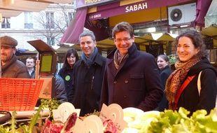 Christophe Najdovski, candidat EELV à la mairie de Paris, et Pascal  Canfin, ministre écologiste du Développement, le 7 février 2014, place  Aligre, dans le 12e arrondissement de Paris.