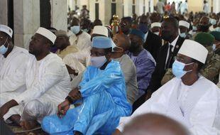 Le président malien de transition Assimi Goita (en bleu) assis à la Grande Mosquée de Bamako lors de l'Aïd avant la «tentative d'assassinat» dont il a été la cible, le 20 juillet 2021.