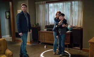 """Logan Williams entouré des acteurs de la série """"Supernatural"""", Brigid Brannagh et Jensen Ackles"""