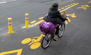Une cycliste à Paris le 10 mai 2020.