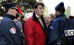 Dominique Plancke, élu EELV du Nord/Pas-de-Calais, a décidé de se rendre de lui-même à un commissariat belge mardi alors qu'il était recherché depuis presque un an par la police du pays à la suite d'un fauchage volontaire dans un champ de pommes de terre transgéniques près de Gand.