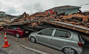 Un immeuble est effondré sur des véhicules en stationnement après le séisme de magnitude 6,3 à Christchurch, Nouvelle-Zélande, le 22 février 2011.