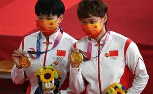 Les deux athlètes chinois avec leur badge de Mao Zedong.