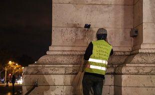 """(Photo d'illustration) Un """"gilet jaune"""" près de l'Arc de Triomphe à Paris."""