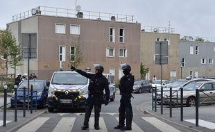 Des policiers français à La Grande Borne, à Grigny, le 5 octobre après la mort de deux jeunes, tués par balles.