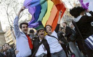 """""""Ces six derniers mois ont été durs, on nous a trainés par terre mais nous sommes toujours debout sur nos talons"""". Comme les """"soeurs de perpétuelle indulgence"""" en robe longue, coiffe et paillettes, des milliers ont convergé vers le Marais, quartier parisien célèbre pour ses nombreux bars gay, pour fêter la loi sur le mariage homo."""