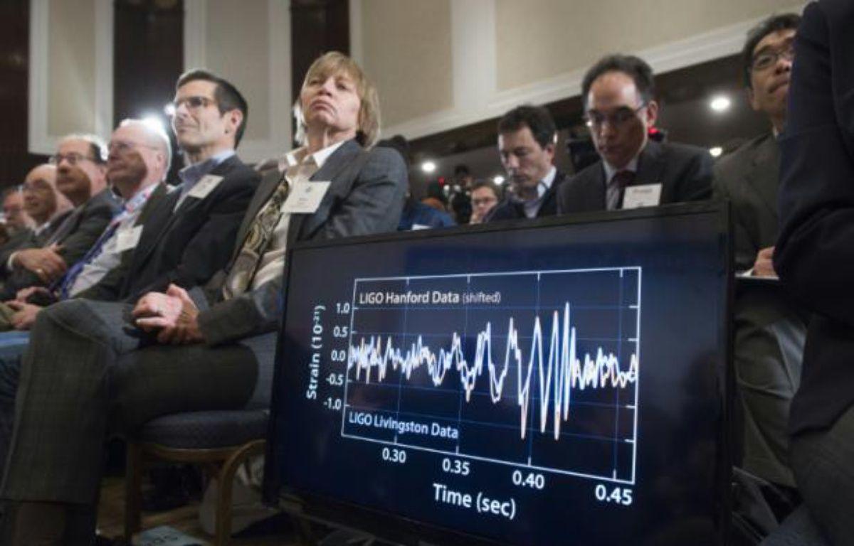 Un diagramme montre les perturbations dues à la découverte des ondes gravitationnelles, lors d'une conférence de presse à Washington le 11 février 2016 – SAUL LOEB AFP