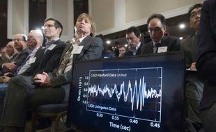 Un diagramme montre les perturbations dues à la découverte des ondes gravitationnelles, lors d'une conférence de presse à Washington le 11 février 2016
