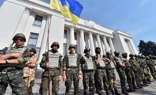 Militaires et volontaires montent la garde devant le parlement ukrainien, le 3 juillet 2014 à Kiev