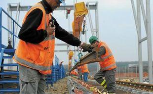 La pose des rails progresse au rythme de 600m de voies nouvelles chaque jour.