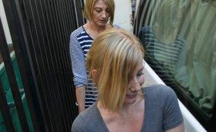 Sally Faulkner, une Australienne accusée de tentative d'enlèvement de ses deux enfants nés d'un père libanais suivie par la présentatrice de la télévision australienne Tara Brown, à la sortie de la prison à Beyrouth, le 20 avril 2016