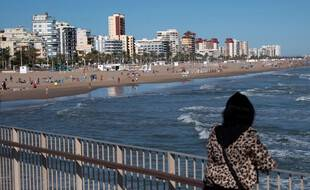 Une femme se promène près de Valence, le 12 octobre 2020.