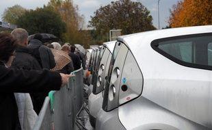 Des centaines de curieux voulaient s'offrir une Autolib' d'occasion lors de la première vente flash organisée dans le Loir-et-Cher, en novembre.