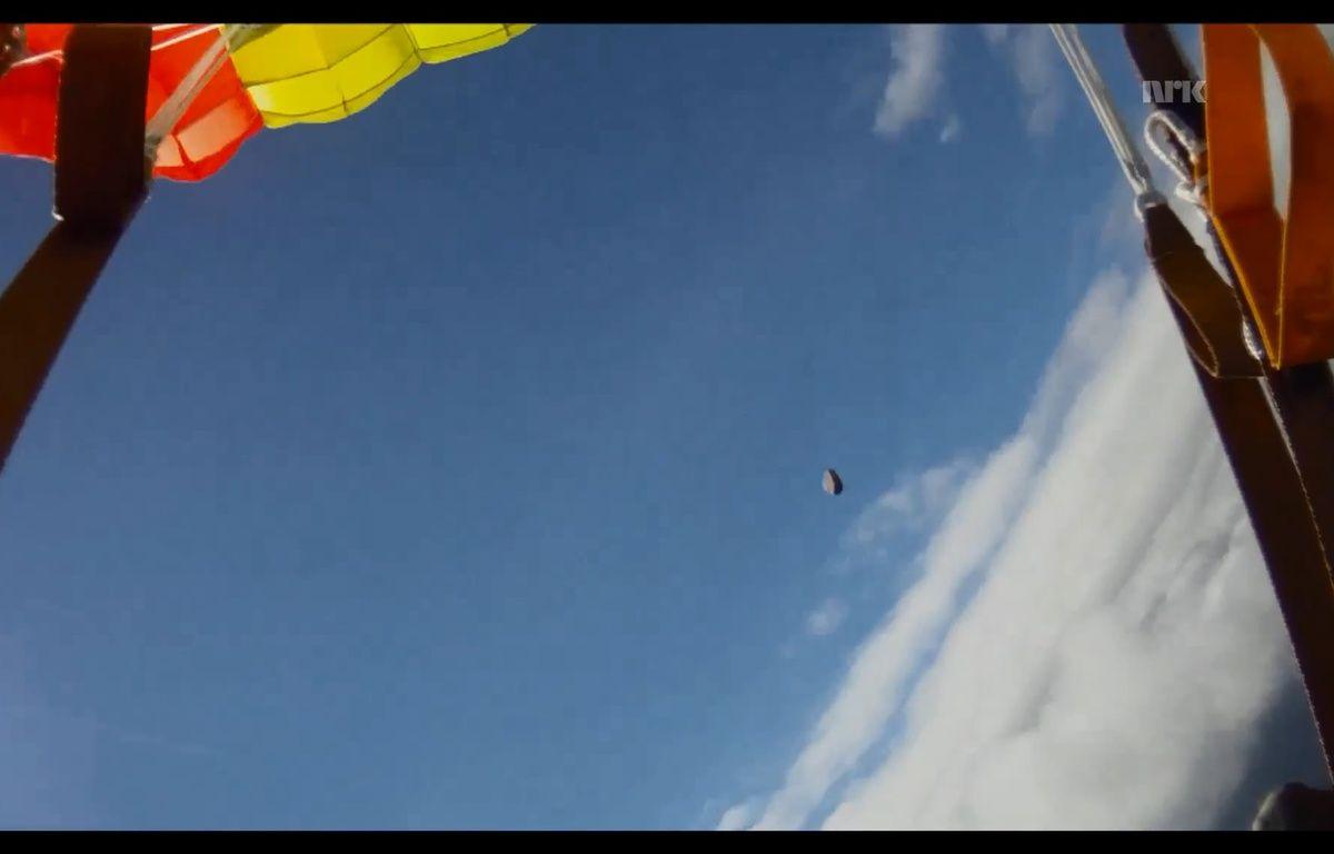 Un parachutiste norvégien a échappé de justesse à une météorite.  – Capture d'écran NRK