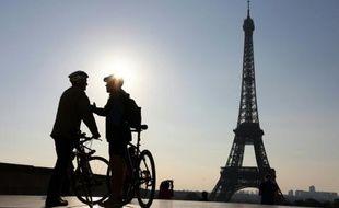 Deux cyclistes devant la Tour Eiffel, lors de la journée sans voiture à Paris, le 27 septembre 2015
