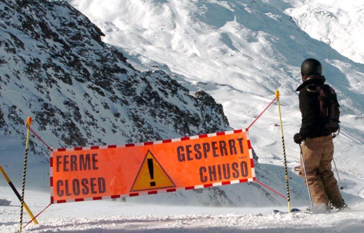 Ilustration d'un skieur passant en domaine hors piste. – JEAN-PIERRE CLATOT / AFP