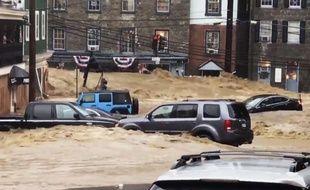 La rue principale d'Ellicott City dans le Maryland est sous les eaux.