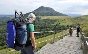 La Chaîne des Puys, ensemble unique en Europe de 80 volcans éteints en Auvergne, attire chaque été des milliers de randonneurs et adeptes du tourisme volcanique, intrigués par cette alternative aux sentiers de montagne.