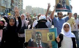La justice égyptienne a interdit lundi les activités des Frères musulmans et confisqué leurs biens, nouveau signe de la volonté des autorités d'éradiquer l'influente confrérie de la scène politique après l'éviction par l'armée du président issu de ses rangs.