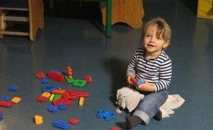 Elias, onze mois, est accueilli dès 5h30 du matin à la crèche à horaires décalés, la maison enchantée dans le 14e arrondissement de Paris.
