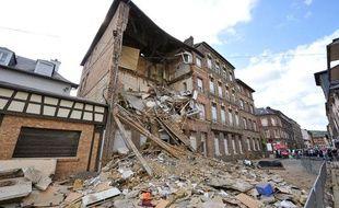 La façade d'un immeuble de trois étages s'est effondrée pour une raison indéterminée dans la nuit du 17 au 18 juillet 2009 à Elbeuf (Seine-Maritime).