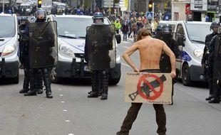 Plus d'un millier de personnes ont commencé à se mesurer aux forces de l'ordre lors d'un défilé non autorisé contre les «violences policières et judiciaires», le 22 novembre 2014 à Nantes.