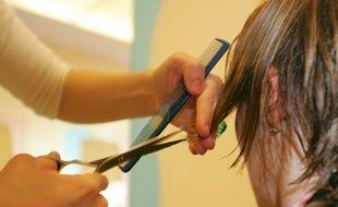 Dans un salon de coiffure en 2005 (illustration)