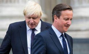Le maire de Londres Boris Johnson (en arrière-plan derrière) et David Cameron, Premier ministre britannique.