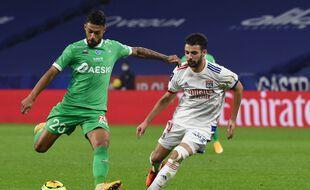 Ici face à Léo Dubois lors du derby aller en novembre, Denis Bouanga fait partie des huit joueurs actuellement touchés par le Covid-19.