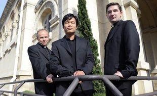 Le groupe musical Les Prêtres, composé de deux prêtres, Jean-Michel  Bardet, Charles Troesch, et d'un séminariste Joseph Dinh Nguyen  Nguyen pose le 07 mai 2010 sur le parvis de à l'église du Sacré  Cœur de Marseille.