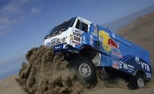 Une équipage russe de Kamaz passe une dune lors d'une étape entre Iquique et Antofagasta, lors du Dakar 2014.
