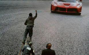 Un écran géant montrant une Ferrari lors du salon international de l'automobile de Genève le 3 mars 2015