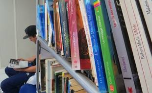 Marseille le 3 NOVEMBRE 2014. Un collectif d'habitants du 3e arrondissement installe des bibliothèques chez les commerçants.